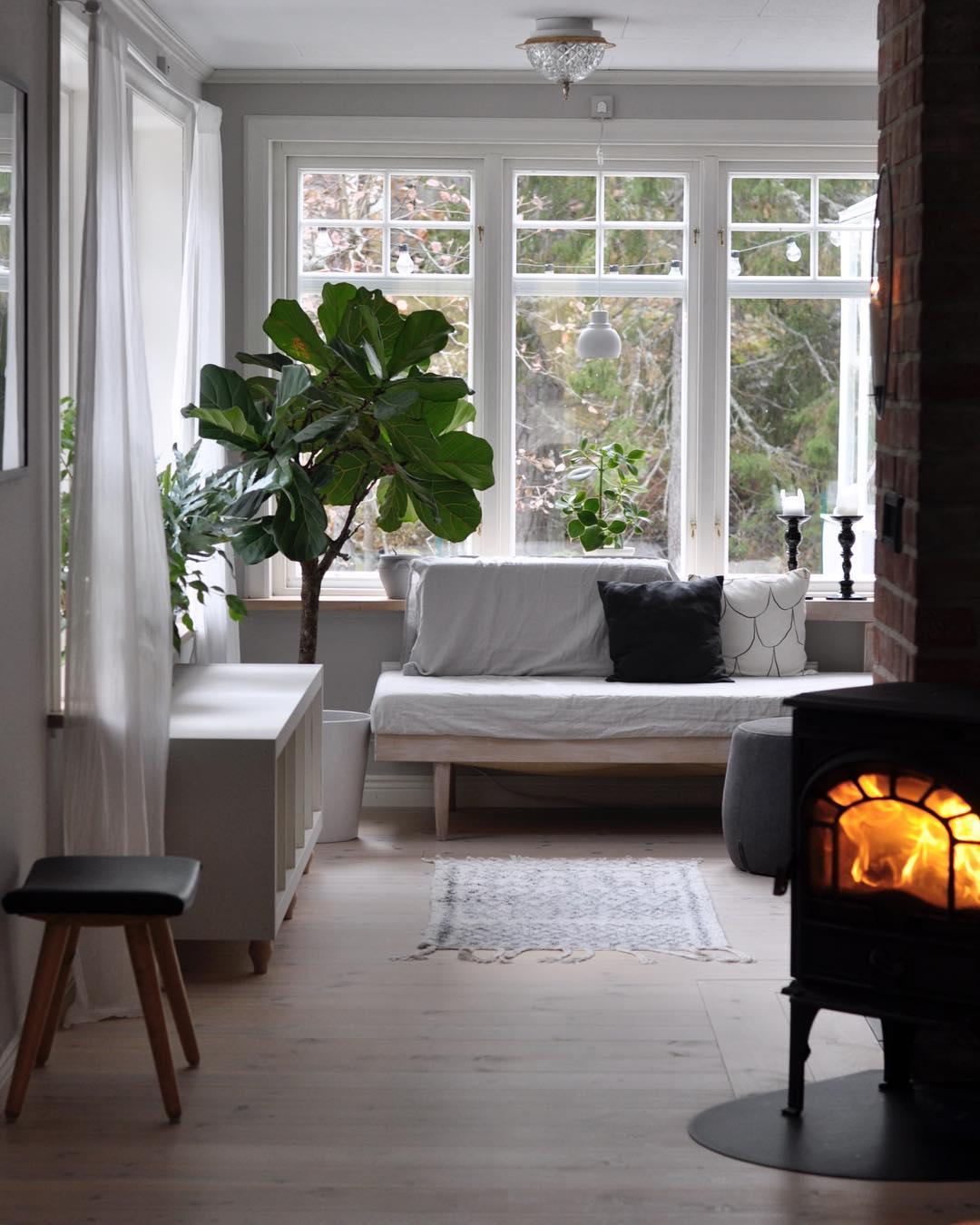 Regn och rusk idag myser vi inne med brasa! livingroom